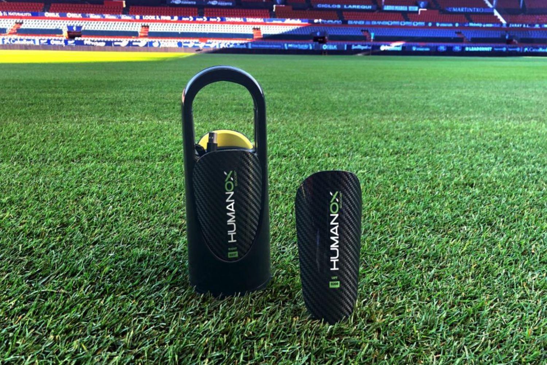 Espinilleras inteligentes diseñadas por la startup Humanox Soccer.