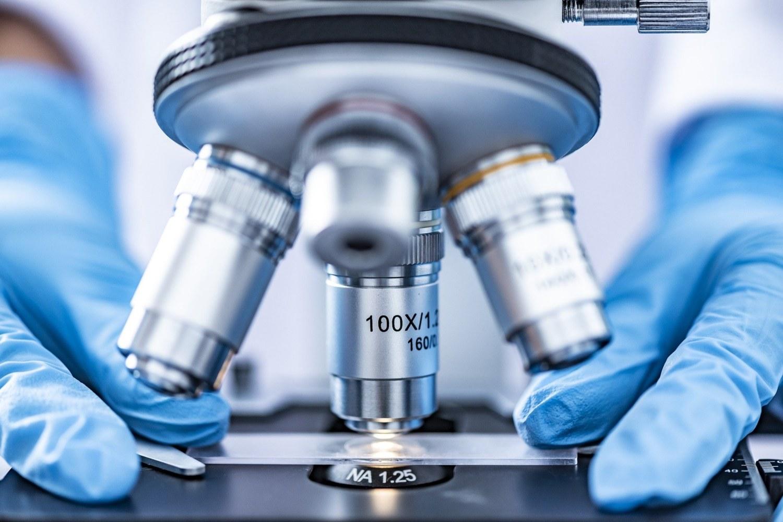 Imagen del microscopio de un laboratorio.