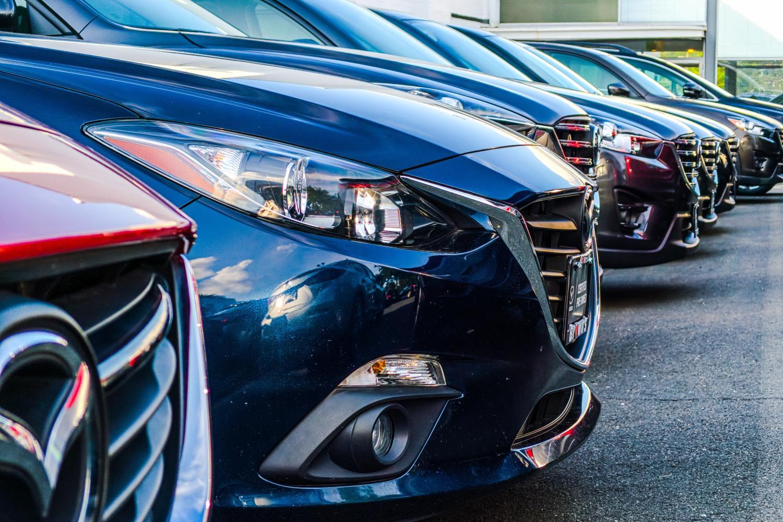Imagen de coches en un concesionario.