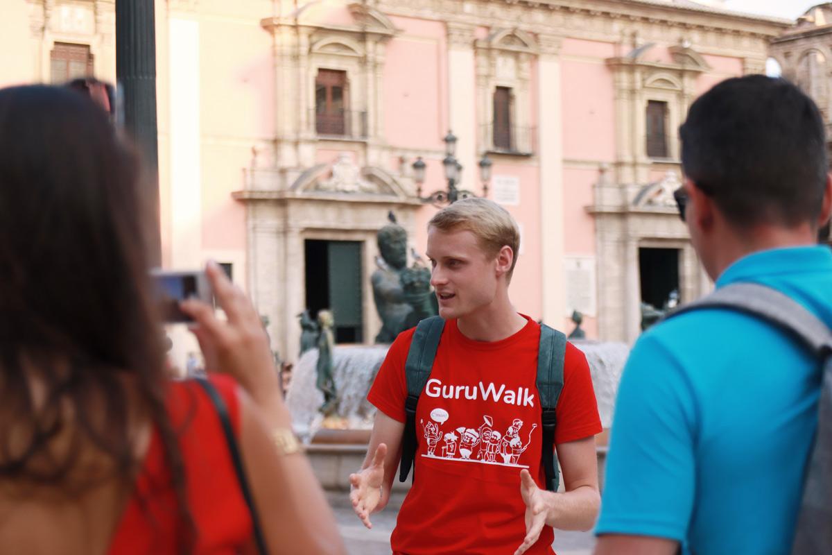 GuruWalk, la comunidad internacional más grande de free tours del mundo que conecta viajeros con guías. A día de hoy, está presente en más de 1000 ciudades y 100 países. Su misión es crear una sociedad más empática facilitando el acceso al conocimie