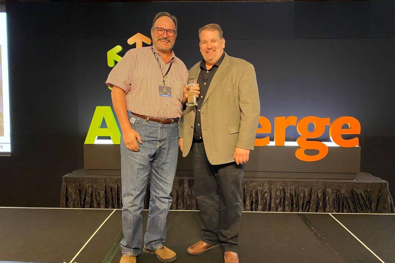 Imagen de miembros del equipo de Biome Makers recogiendo un premio de AgEmerge.