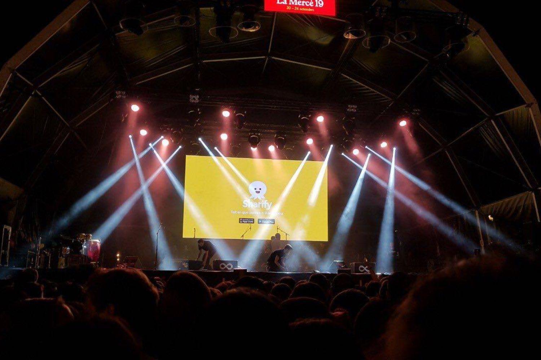 Imagen de un concierto con la publicidad de sharify.