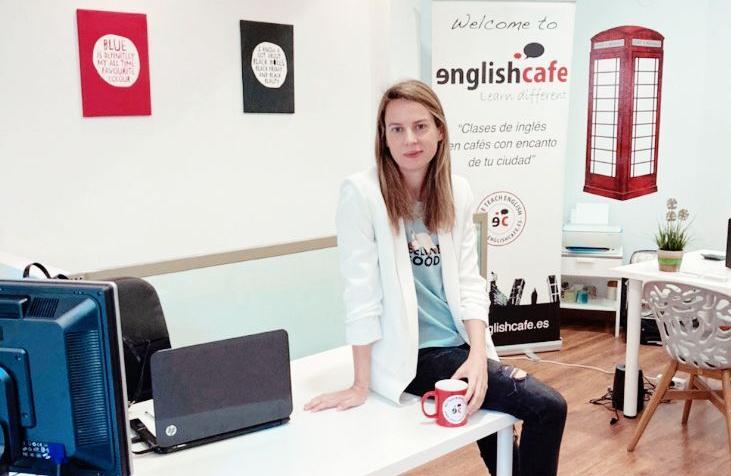 Englishcafe es una plataforma web donde profesores de idiomas pueden ofrecer sus servicios y alumnos pueden contratar sus clases. Los profesores pueden organizar grupos de alumnos para clases de conversación en cafeterías, clases individuales a niños o adultas e incluso experiencias de inmersión lingüística.